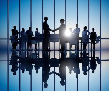 Leadership Speakers and Authors, Bob Vanourek & Gregg Vanourek show a group of people in a successful meeting.